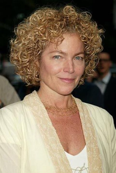Amy Irving giving a pose in an event.